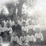 Profesorul scolii din Boian Eusebie Grigorcu in mijlocul elevilor