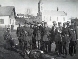 "Regimentul 8 Vanatori a armatei romane in fata bisericii romano-catolica ""Sf. Ioan Nepomuk"" - 1938"